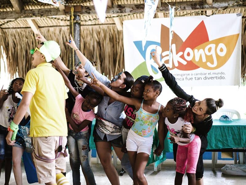 niños-jugando-en-bakongo playa